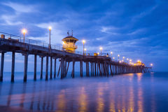 Der Huntington Beach-Pier bei Sonnenaufgang stockbilder