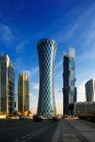 Der hyperbolische Turm des Westbuchtbezirkes von Doha, Katar Stockfotos