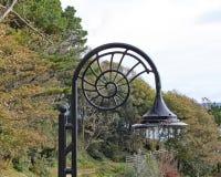 Der ikonenhafte Ammonit formte Straßenlaternen bei Lyme Regis in Dorset lizenzfreie stockfotos