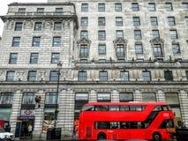 Der ikonenhafte rote Doppeldeckerbus in London Lizenzfreie Stockfotos