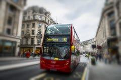 Der ikonenhafte rote Routemaster-Bus in London Stockbilder