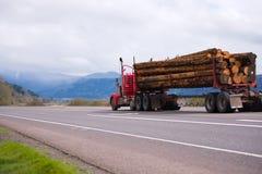 Der im altem Stil rote große LKW der Anlage halb, der lang transportiert, meldet spect an Lizenzfreies Stockfoto