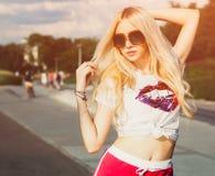 Der im Freien stilvolles Porträt Sommermode sexy blonden Mädchens der Junge des recht, das in vinage Sonnenbrille aufwirft Stockfotos