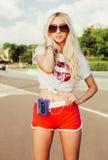 Der im Freien stilvolles Porträt Sommermode sexy blonden Mädchens der Junge des recht, das in vinage Sonnenbrille, T-Shirt, kurze Stockfotos