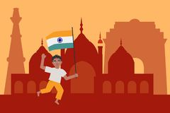 Der indische Kinderjunge, der nationale dreifarbige Flagge läuft hält und wellenartig bewegt glücklich, gegen Indien-Anblickhinte Lizenzfreies Stockfoto