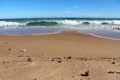 Der Indische Ozean bewegt Rollen herein an ursprünglichem Binningup-Strand West-Australien auf einem sonnigen Morgen im Spätherbst Stockfotografie