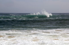 Der Indische Ozean bewegt weg von Yallingup-Strand wellenartig lizenzfreie stockfotografie