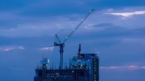 Der industrielle beschäftigte Hochleistungskran funktionieren an der Baustelle für neues komplexes Gebäude stock video footage