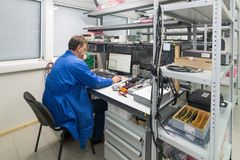 Der Ingenieur führt einen Test der fertigen elektronischen Module durch Labor für die Prüfung und Anpassung von elektronischem lizenzfreies stockfoto