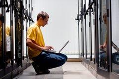Der Ingenieur sitzt vordere Ausrüstung Lizenzfreie Stockbilder