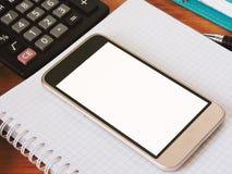 Der Inhaber benutzt das Telefon für Kommunikation und Spiel und das Sitzen auf Social Media Lizenzfreies Stockfoto
