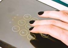 Der Inhaber benutzt das Telefon für Kommunikation und Spiel und das Sitzen auf Social Media Stockfoto