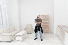 Der Inhaber einer Wohnung denkt, wie man sie mietet Lizenzfreie Stockfotografie