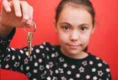 Der Inhaber der Schlüssel, lokalisiert auf einem roten Fokus auf den Schlüsseln zur flachen Tiefe lizenzfreie stockbilder