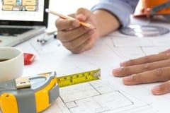 Der Innenarchitekt, der Daten und der digitale Tabletten- besprechen und Computerlaptop mit Geschäftsdokument und Grafikdesign st Lizenzfreie Stockbilder