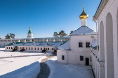 Der Innenhof das neue Jerusalem-Kloster, umgeben durch Festung ummauert mit Türmen Istra, Moskau-Vororte, Russland Stockfotografie