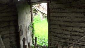 Der Innenraum der alten und verlassenen Hütte heraus T?r stock video footage