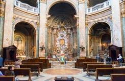 Der Innenraum der alten Kirche in Rom Stockfotos