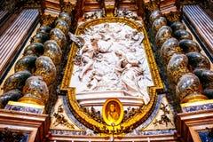 Der Innenraum der Kirche von St Ignatius von Loyola ist von den Kunstwerken voll Stockfotos