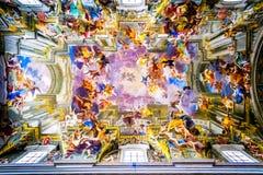 Der Innenraum der Kirche von St Ignatius von Loyola ist von den Kunstwerken voll Stockbild