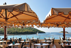 Der Innenraum des Cafés im Freien auf der Seeseite Lizenzfreie Stockfotografie