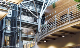 Der Innenraum des Einkaufens - Unterhaltungszentrum mit modernem deco Lizenzfreie Stockfotografie