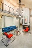 Der Innenraum des geräumigen Wohnzimmers ist in der Art mit modern stockfoto