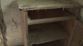 Der Innenraum des Kastens im alten und verlassenen Haus stock video footage
