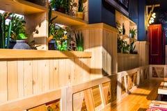 Der Innenraum des modernen Cafés Stockfotografie