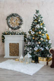Der Innenraum des neuen Jahres mit einem Kamin, einem Pelzbaum und Kerzen lizenzfreies stockbild