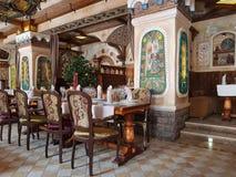 Der Innenraum des Restaurants ist in der russischen Art Stockfotografie