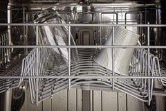 Der Innenraum des Spitzengestells einer Spülmaschine Lizenzfreies Stockfoto