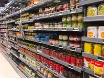 Der Innenraum des Supermarktmini-markts füllte mit Waren auf Regalen Stockfoto