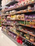 Der Innenraum des Supermarktmini-markts füllte mit Waren auf Regalen Stockbilder