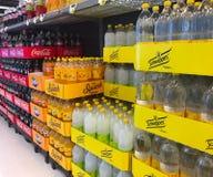 Der Innenraum des Supermarktmini-markts füllte mit Waren auf Regalen Stockfotografie