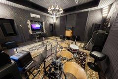 Der Innenraum des Tonstudios mit Musikinstrumenten Lizenzfreie Stockfotografie