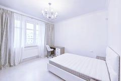 Der Innenraum einer modernen Wohnung im Weiß Stockfotos