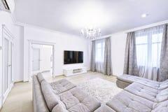 Der Innenraum einer modernen Wohnung im Weiß Stockbilder