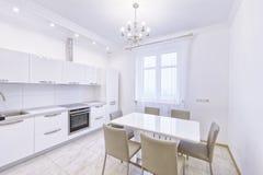 Der Innenraum einer modernen Wohnung im Weiß Stockfoto