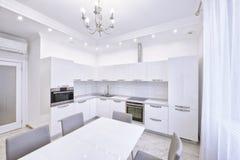 Der Innenraum einer modernen Wohnung im Weiß Stockfotografie