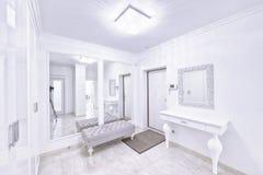 Der Innenraum einer modernen Wohnung im Weiß Lizenzfreies Stockbild