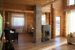 Der Innenraum eines Landhauswohnzimmers Stockbild