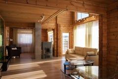 Der Innenraum eines Landhauswohnzimmers stockfotos