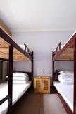 Der Innenraum eines Schlafsaals mit 4 Betten Lizenzfreie Stockfotos