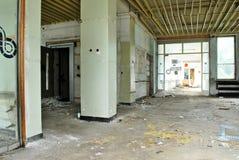 Der Innenraum eines verheerenden Gebäudes Stockbild