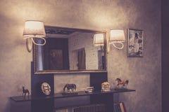 Der Innenraum eines Weinlesecafés in der italienischen Art stockbilder