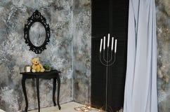 Der Innenraum mit grauen Wänden, schwarze Fensterläden, graue Vorhänge Lizenzfreie Stockfotografie