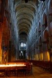 Der Innenraum der Rouen-Kathedrale, wenn Beleuchtung geglättet wird stockfotos
