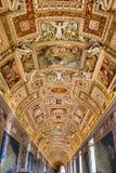 Der Innenraum von einem der Räume des Vatikan-Museums Lizenzfreie Stockfotos