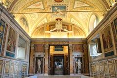 Der Innenraum von einem der Räume des Vatikan-Museums Lizenzfreie Stockfotografie
